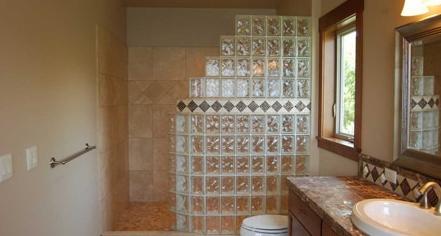 Optez pour les briques de verre pour une salle de bains très design
